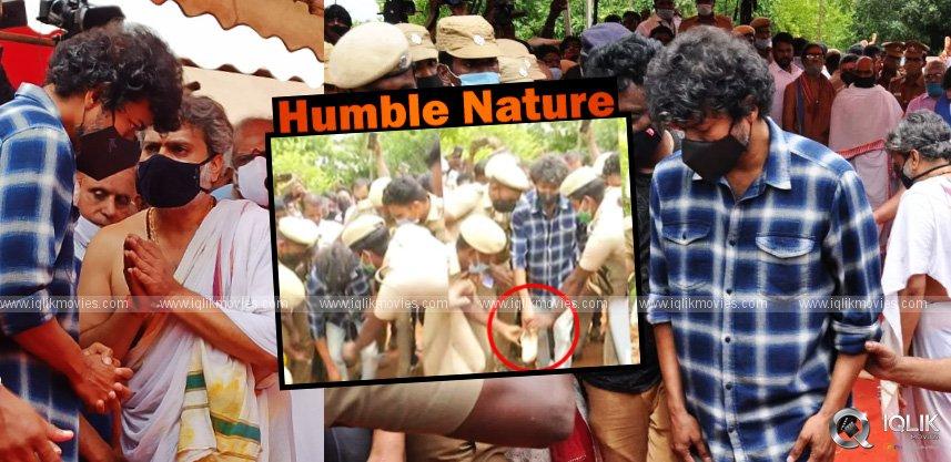 actor-vijay-takes-off-fan-slipper-at-spb-funeral