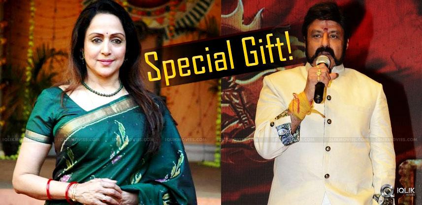 balakrishna-gifts-saree-to-hema-malini-details