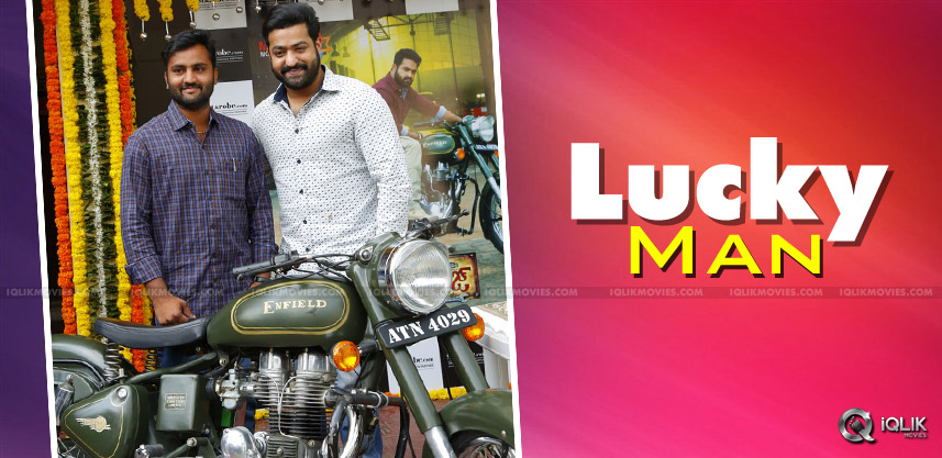 jrntr-janathagarage-bike-gifts-to-his-fan
