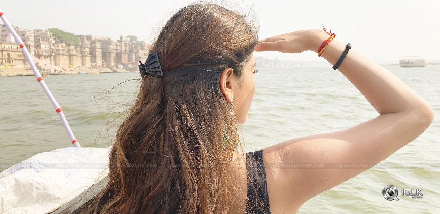 niddhi-shooting-in-varanasi-for-ismart-shankar