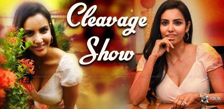 hot-cleavage-show-of-priya-anand