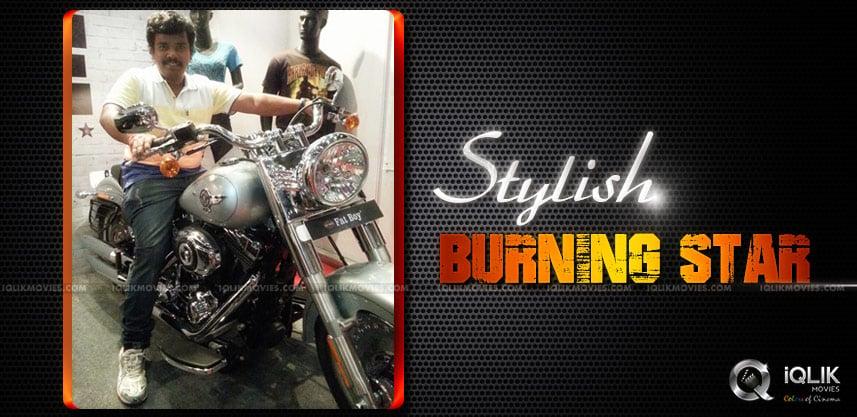 Sampoornesh-Babu-visits-Harley-Davidson-showroom