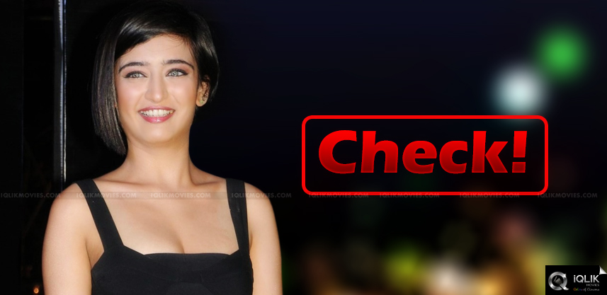 shrutihaasan-puts-check-to-akshara-haasan