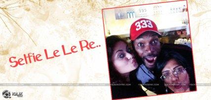 sneha-ullal-selfie-with-cricketer-chris-gayle