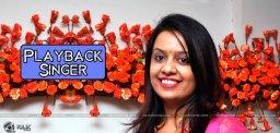 maharashtra-cm-wife-amrutha-turns-singer