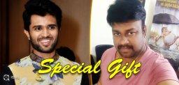 vijay-deverakonda-gifts-rowdy-shirt-to-sairajesh