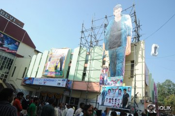 1-Nenokkadine-Hungama-at-RTC-Cross-Roads