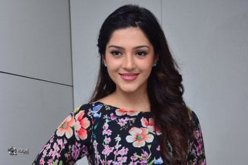 Actress-Mehreen-Pirzada-At-Naturals-Salon
