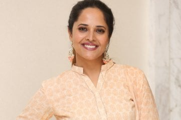 Anasuya-at-O-Pitta-Katha-Movie-Pre-Release-Event
