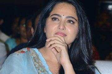 Anushka-at-Hit-Movie-Pre-Release-Event