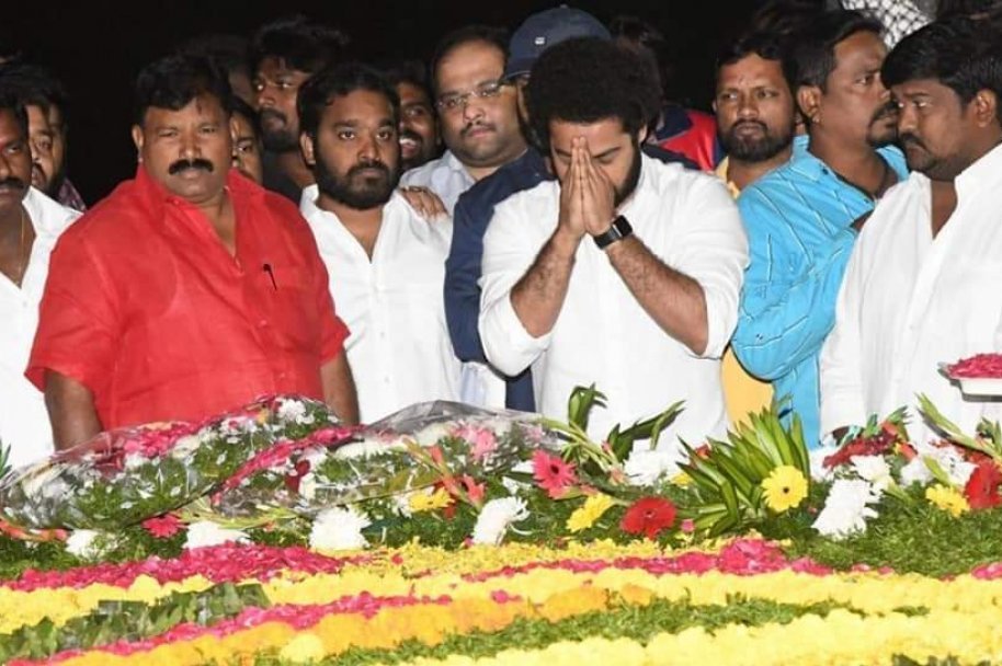 JrNTR and Kalyanram paying tribute to SrNTR on his Death Anniversary