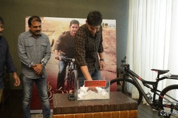 Mahesh Babu Picks Up Srimanthudu Cycle Winner