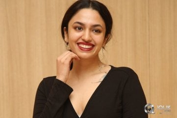 Malavika-Nair-at-OreyBujjiga-Movie-Pre-Release-Event