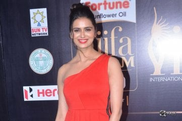 Meenakshi-Dixit-At-IIFA-Utsavam-Awards-2017