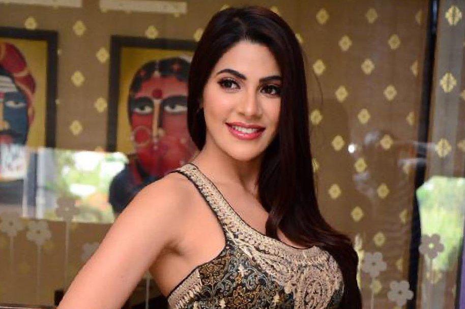 Nikki-Tamboli-at-Kanchana-3-Success-Meet