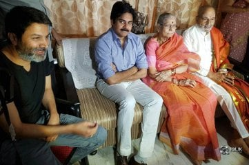 Pawan-Kalyan--and-Trivikram-Met-Viswanath-and-Congratulated-Him-For-DadaSaheb-Falke-Award