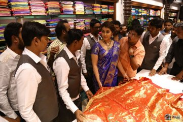 Raashi-Khanna-Launches-Kasam-Pullaiah-Cloth-Merchant-in-Warangal
