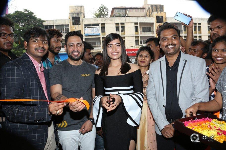 Rashmika-Mandanna-Launches-Happi-Mobiles-at-Banjara-Hills