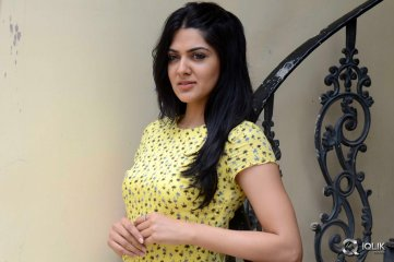 Sakshi Chowdary Interview About James Bond Movie