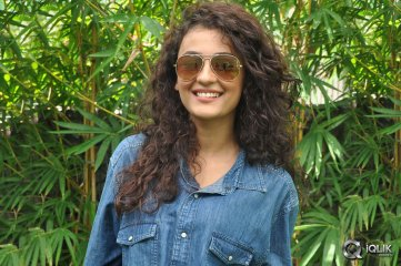 Seerat-Kapoor-at-Run-Raja-Run-Press-Meet