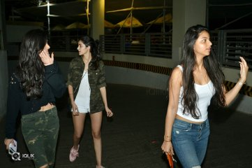 Sharukh-Khan-Daughter-Suhana-khan-With-Friends-At-PVR-Juhu