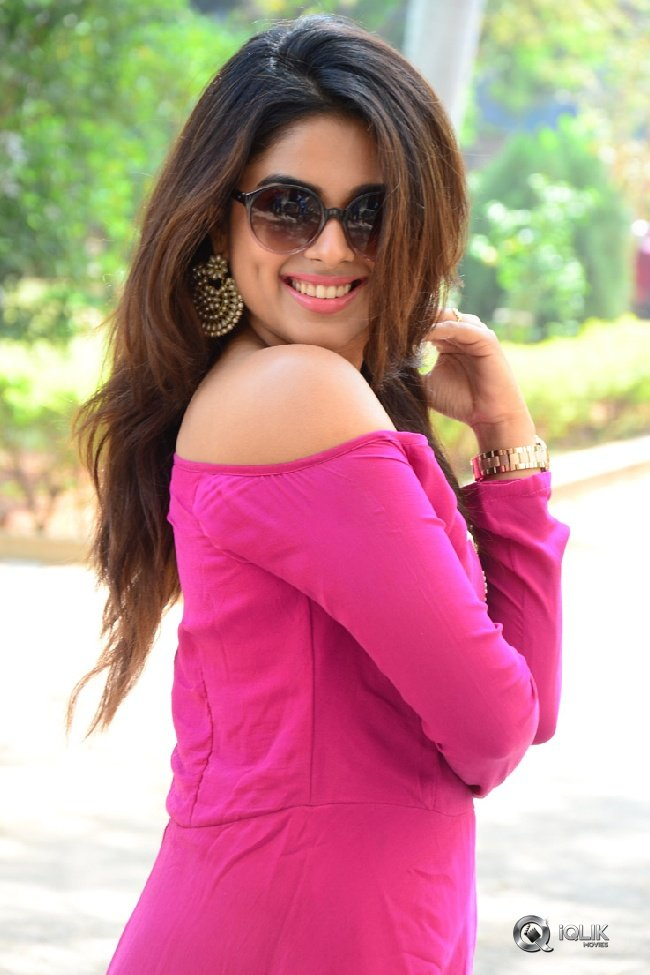 Siddhi-Idnani-New-Photos