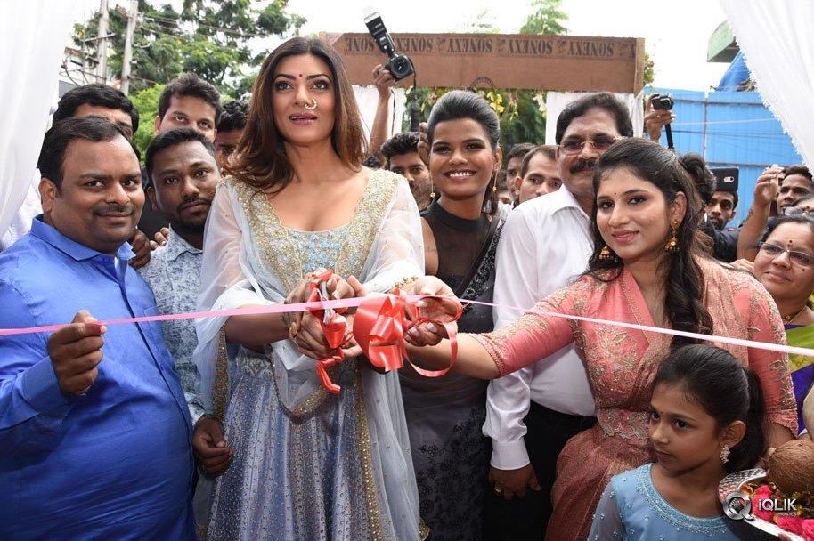 Sushmitha-Sen-Launches-Designer-Shashi-Vangapalli-Boutique-At-Banjara-Hills
