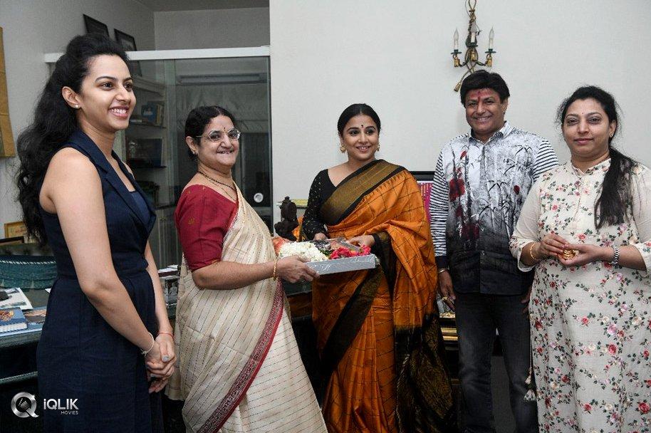 Vidya-Balan-Gets-a-Warm-Welcome-from-NTR-Family-Photos
