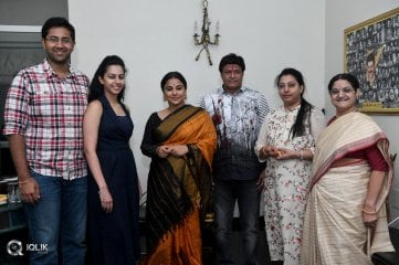 Vidya-Balan-Gets-a-Warm-Welcome-from-NTR-Family-Photos