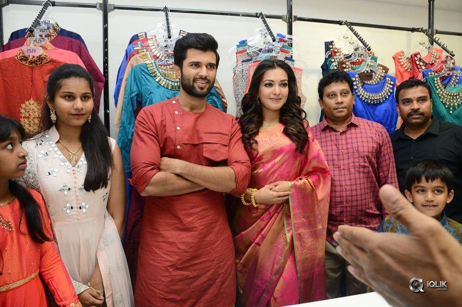 Vijay-Deverakonda-And-Catherine-Tresa-Launch-KLM-Fashion-Mall-at-Kukatpally