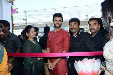 Vijay-Deverakonda-And-Catherine-Tresa-Launch-KLM-Fashion-Mall-at-Kukatpally